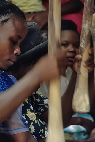 http://www.transafrika.org/media/Sambia/maisstampfen.jpg